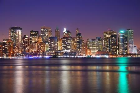 ニューヨーク ダウンタウン夜にハドソン川の上の反射。