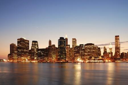 manhatten skyline: New York City-Manhattan Skyline at Dusk �ber Hudson River mit Wolkenkratzern