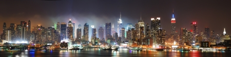 new york notte: Panorama di skyline di Manhattan New York City di notte sul fiume Hudson con refelctions visualizzate dal New Jersey