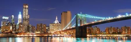 Panorama de silhouette de Manhattan de la ville de New York avec pont de Brooklyn et Bureau de gratte-ciels édifice au crépuscule éclairé avec éclairage de nuit Banque d'images