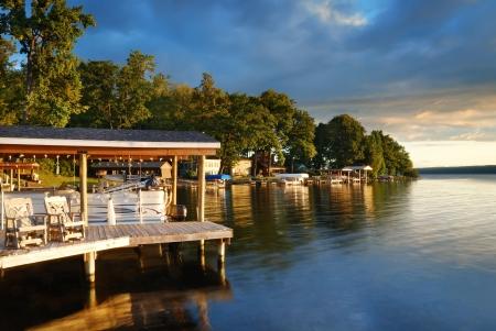 woods lake: Lake house con pier e boschi con alba al mattino in New York Stato Finger Lakes Archivio Fotografico