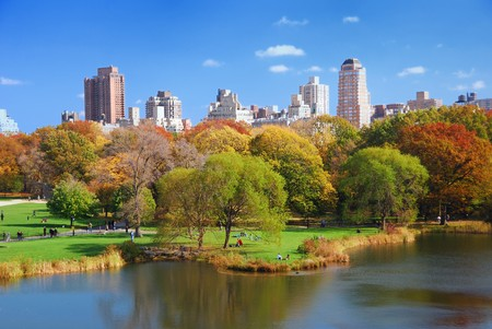 ニューヨーク市マンハッタンの高層ビルと反射の湖の上のカラフルな木の秋のセントラル ・ パーク。