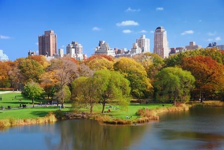 New York City Central Park in de herfst met wolkenkrabbers van Manhattan en kleurrijke bomen over meer met reflectie. Stockfoto