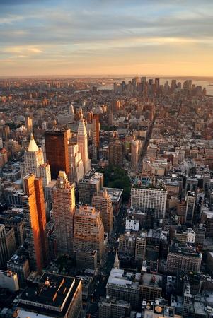 aerial: Manhattan New York City skyline tramonto veduta aerea con office building grattacieli e fiume Hudson.
