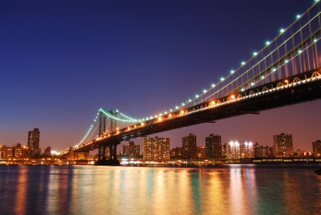 New York City Manhattan Bridge over Hudson rivier met skyline na weergave van de zons ondergang nacht verlicht met lichten uit Brooklyn gezien.