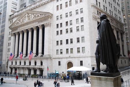 bolsa de valores: CIUDAD de nueva YORK - 1 de JAN: Wall Street con el New York Stock Exchange en el distrito financiero de Manhattan durante la recuperaci�n de la econom�a de Estados Unidos, el 1 de enero de 2010 en la ciudad de Manhattan, Nueva York.  Editorial