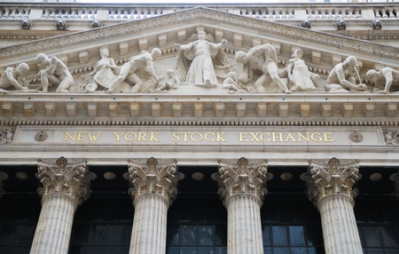 new york stock exchange: NEW YORK CITY - JAN 1: nel quartiere finanziario di Wall Street di Manhattan durante il recupero di economia degli Stati Uniti, 1 gennaio 2010 a Manhattan, New York City New York Stock Exchange.