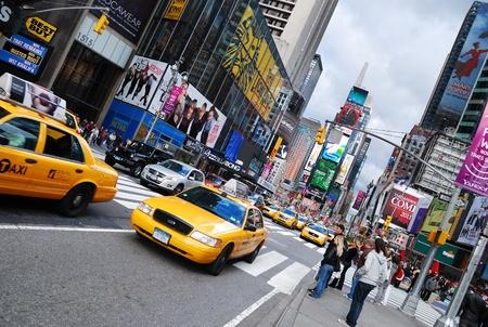 NEW YORK CITY - SEP 5: Times Square, avec des signes théâtres de Broadway et LED, est un symbole de la ville de New York et les États-Unis, le 5 septembre 2009 à Manhattan, New York City. Banque d'images - 8461852