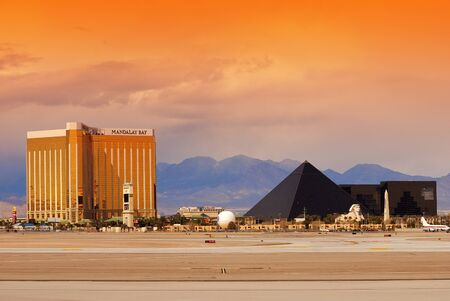 louxor: Las Vegas (Nevada) - le 4 mars, Paris H�tel et Casino avec la lumi�re color�e et de la circulation, le 4 mars 2010 � Las Vegas, Nevada.