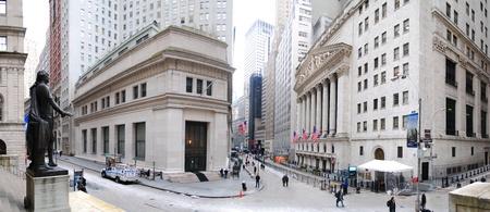 NEW YORK CITY - JAN 1: Wall Street-Panorama mit New York Stock Exchange und George-Washington-Statue in Manhattan Finanz Distrikt während der Vereinigten Staaten Wirtschaft Recovery, Januar 1, 2010 in Manhattan, New York City.  Standard-Bild - 8500636