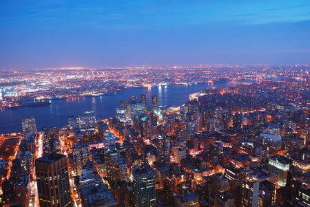 Manhattan New York City skyline panorama di vista aerea con Brooklyn e Hudson river Est al tramonto.  Archivio Fotografico - 8499669