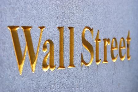 bolsa de valores: Signo de carretera de Wall Street de Nueva York en el centro de Manhattan con rascacielos.