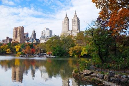 Panorama de Manhattan Central Park de Nueva York en el lago de otoño con rascacielos y coloridos árboles con la reflexión. Foto de archivo