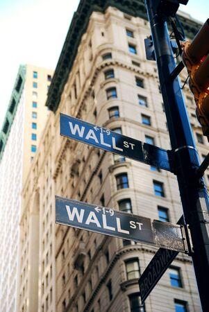 stock  exchange: Signo de carretera de Wall Street de Nueva York en el centro de Manhattan con rascacielos.