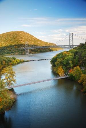 カラフルな山とハドソン川に架かる橋秋のハドソン川谷。