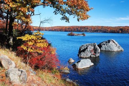 valley view: Autunno montagna con vista lago e fogliame colorato nella foresta. Archivio Fotografico