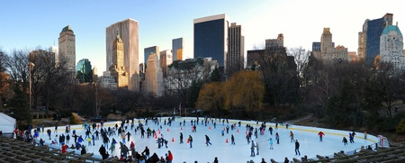 NEW YORK CITY - JAN 1: Ice-skating people with white Christmas in Central Park welcome the new year of 2010 on January 1, 2010 in Manhattan, New York City.  Редакционное