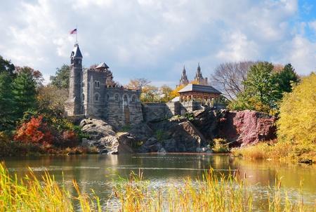 New York City Manhattan Central Park in het najaar met Belvedere Castle en kleurrijke bomen meer met reflectie.