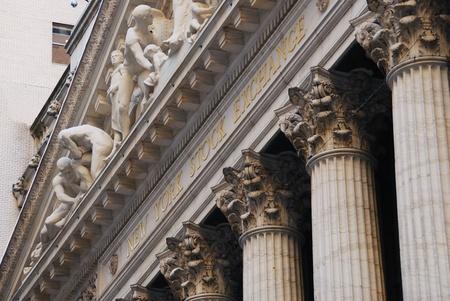 CIUDAD de nueva YORK - 8 de AUG: Wall Street New York Stock Exchange es la mayor bolsa del mundo después de por capitalización de mercado de sus empresas, por la noche. 8 De agosto de 2010, en Manhattan, Nueva York. Editorial