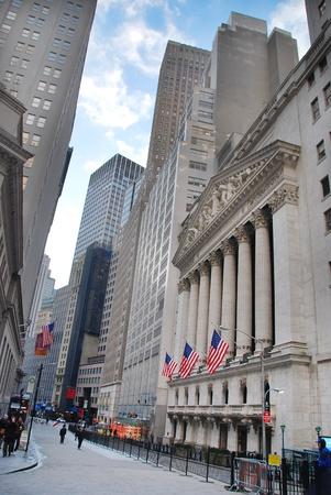 capitalismo: CIUDAD de nueva YORK - 1 de JAN: Wall Street con New York Stock Exchange, en el distrito financiero de Manhattan durante la recuperaci�n de la econom�a de Estados Unidos, el 1 de enero de 2010 en Manhattan, Nueva York.  Editorial