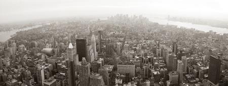 panorama city panorama: Manhattan de Nueva York horizonte vista panor�mica blanco y negro con rascacielos y calle. Foto de archivo