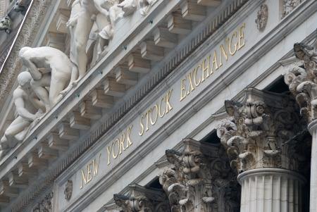 NEW YORK CITY - AUG 8: Wall Street New York Stock Exchange, 's werelds grootste effectenbeurs naar marktkapitalisatie van beursgenoteerde bedrijven. 8 augustus 2010 in Manhattan, New York City. Redactioneel