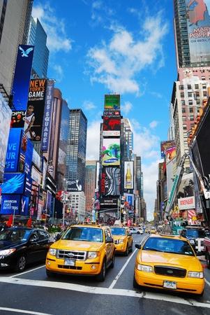 taxi: Nueva York - 5 SEP: Times Square, con signos de teatros de Broadway y LED, es un símbolo de la ciudad de Nueva York y los Estados Unidos, el 5 de septiembre de 2010 en Manhattan, Nueva York.