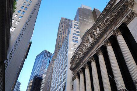 bolsa de valores: CIUDAD de nueva YORK - 8 de AUG: Wall Street, metonimia para los intereses financieros influyentes de la industria financiera estadounidense. 8 De agosto de 2010, en Manhattan, Nueva York.