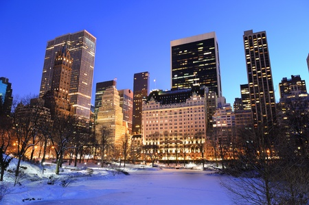 january sunrise: Panorama de Manhattan Central Park de Nueva York en invierno con la nieve, congelaci�n de lago y rascacielos al atardecer.