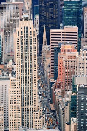 高層ビル, 歩行者およびビジー状態のトラフィック ニューヨーク市マンハッタン通り空撮。 写真素材