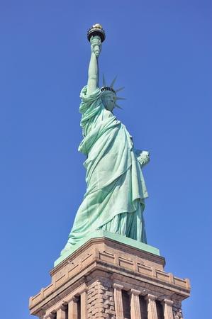 liberty island: Statua della Libert?u Liberty Island primo piano con il cielo blu a New York Manhattan Archivio Fotografico