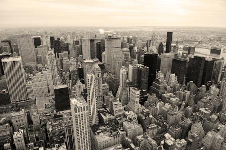 aerial: Skyline di Manhattan con veduta aerea di New York City grattacieli in bianco e nero Archivio Fotografico
