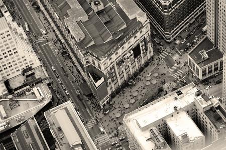 New York City Manhattan rue vue aérienne noir et blanc avec les gratte-ciels, circulation des piétons et occupée.