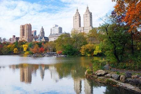 New York City Manhattan Central Park panorama en automne lac de gratte-ciel et les arbres color?avec la r?exion.