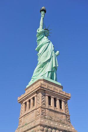 liberty island: Statua della libert� sulla Liberty Island closeup con cielo blu a Manhattan New York City