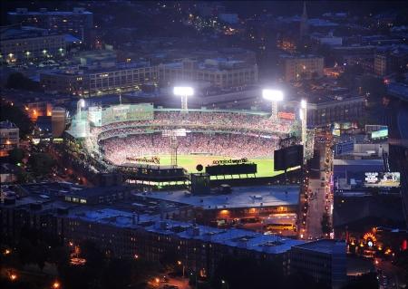 ballpark: BOSTON, MA - 20 de JUN: Fenway Park por la noche el 20 de junio de 2011 en Boston, Massachusetts. Fenway Park ha servido como el estadio principal del club de b�isbol de Boston Red Sox desde 1912 y es el estadio de b�isbol m�s antiguo.