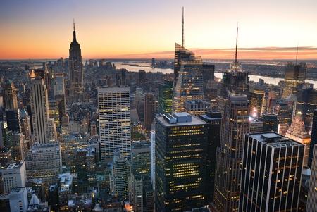 ニューヨーク市マンハッタン スカイライン空撮エンパイア ステート ビルディング、タイムズ スクエアと日没時。