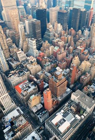 aerial: New York City skyline di Manhattan vista aerea, con strade e grattacieli al tramonto. Archivio Fotografico