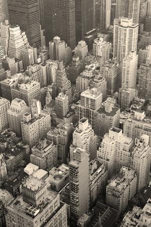 ニューヨーク市のマンハッタン スカイライン上空表示黒と白高層ビルや通り。 写真素材