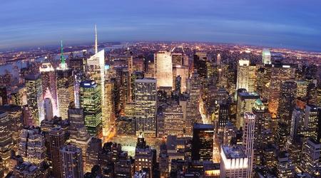 ニューヨーク市マンハッタンのタイムズスクエア都市スカイライン空中夜景ライトアップ都市高層ビルと。