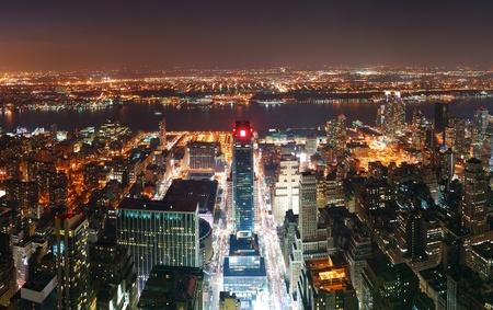 imperium: New York City skyline van Manhattan vanuit de lucht bekijken panorama bij zonsondergang met wolkenkrabbers en straat.