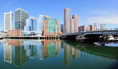 ボストン ウォーター フロントのパノラマを見渡す高層ビルや朝の橋。