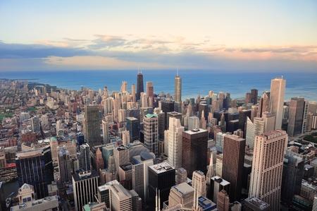 aerial: Chicago downtown vista aerea panorama al tramonto, con grattacieli e skyline della citt� in Michigan lungolago di nuvole colorate.