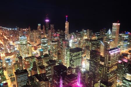 rooftop: Chicago luchtfoto 's nachts met wolkenkrabbers en skyline van de stad in Michigan lakefront.