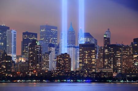 11 september: Nueva York Manhattan horizonte de la ciudad en la noche de Liberty Park con haces de luz en la memoria del 11 de septiembre frente al mar se ve desde Nueva Jersey.