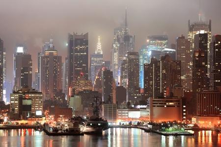 霧の夜のニューヨーク市のマンハッタンのミッドタウンのスカイライン