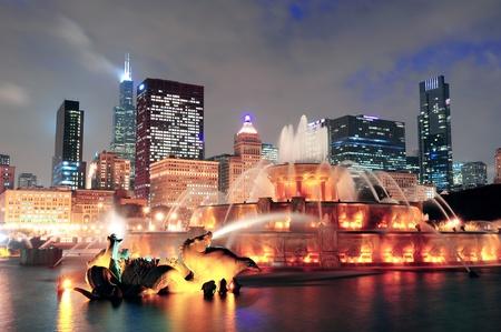 fontana: Chicago skyline con i grattacieli e di Buckingham fontana nel Grant Park di notte, illuminato da luci colorate. Archivio Fotografico