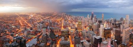 시카고 도심 미시간 호반에서 고층 빌딩 및 도시의 스카이 라인 황혼 공중 파노라마보기. 스톡 콘텐츠