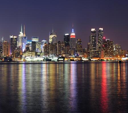 New York City skyline di Manhattan Midtown di notte con le luci riflessione sul fiume Hudson visto dal New Jersey Weehawken lungomare. Archivio Fotografico - 11006594