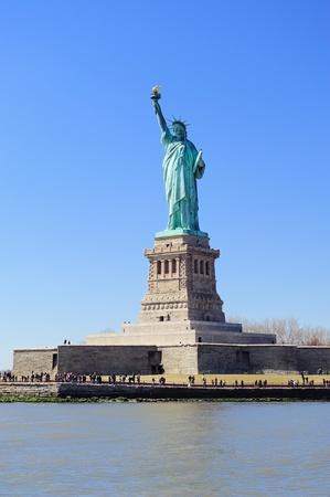 liberty island: Statua della Libert� su Liberty Island primo piano con il cielo blu a New York City Manhattan Editoriali